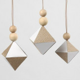Decoraties als diamanten met stukken glitter design papier